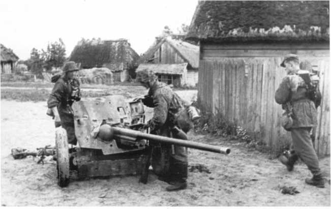 Немецкие солдаты осматривают трофейную советскую 45-мм противотанковую пушку образца 1942 года. Лето 1943 года. В вермахте такие орудия получили обозначение Pak 186 (r), хотя фотографий их использования немцами автор не видел (РГАКФД).