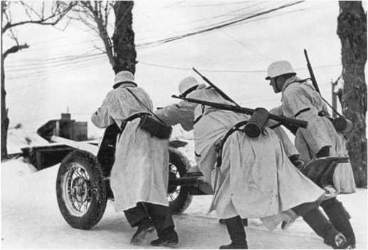 Расчет перекатывает 45-мм противотанковую пушку Pak 184 (r) советского производства на новую позицию. Советско-германский фронт, 1942 год (РГАКФД).