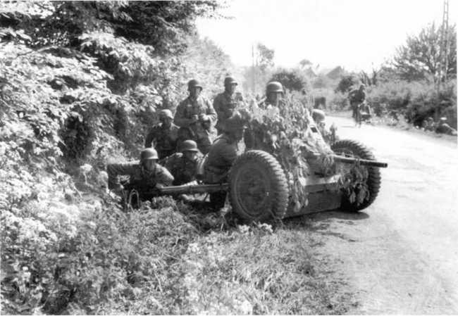 Расчет 37-мм противотанковой пушки Pak 35/36 на позиции. Франция, май 1940 года (БА).