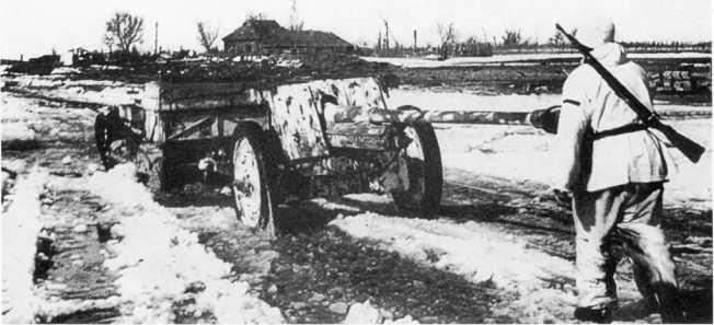 Трофейная французская танкетка Renault UE буксирует 76,2-мм противотанковое орудие Pak 36 (r). Советско-германский фронт, весна 1943 года. Пушка имеет зимний камуфляж (АСКМ).