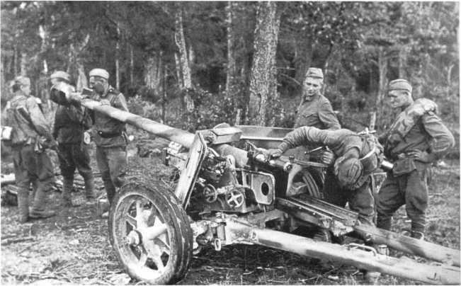 Бойцы Красной Армии у трофейной 75-мм противотанковой пушки Pak 40. Западный фронт, район Смоленска, лето 1943 года. Орудие имеет двухцветный камуфляж (АСКМ).