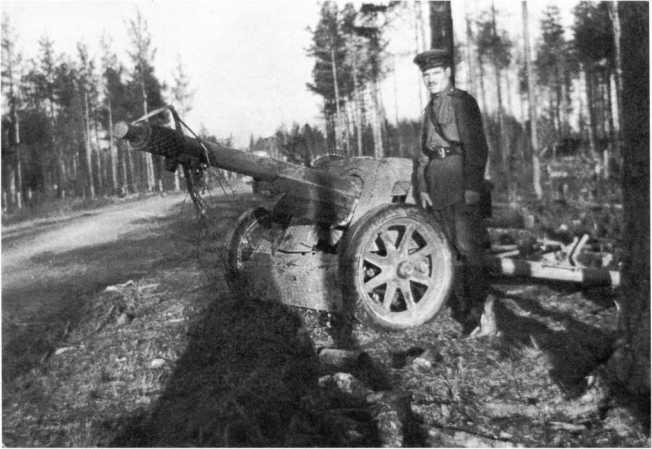 Офицер Красной Армии у трофейного 75-мм противотанкового орудия Pak 97/38. 1-й Белорусский фронт, июль 1944 года. В ствол пушки вставлена стреляная гильза (АСКМ).