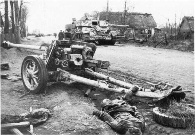 75-мм противотанковая пушка Pak 40, брошенная немцами при отступлении в районе Киева. Ноябрь 1943 года. Пушка окрашена в желтый цвет, хорошо видна конструкция казенника и маховики горизонтальной и вертикальной наводки (АСКМ).
