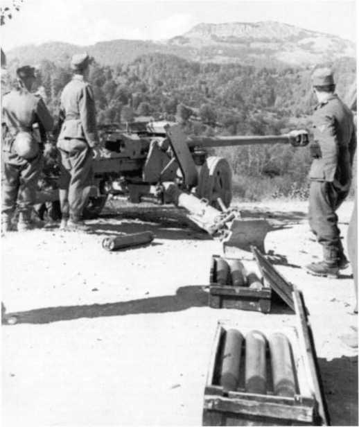 Расчет 75-мм противотанковой пушки в горах Албании. Лето 1943 года (БА).
