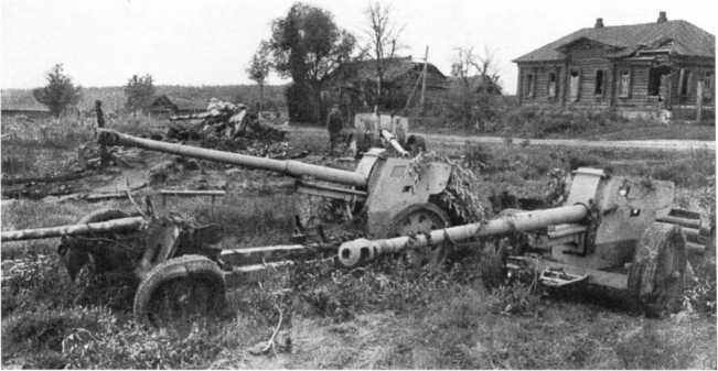 88-мм противотанковые орудия Pak 43/41, захваченные частями Красной Армии в ходе контрнаступления на брянском направлении. Брянский фронт, август 1943 года. Возможно, это одни из первых 88-мм орудий Pak 43/41, захваченные советскими войсками. Пушки окрашены в желтый цвет, слева видна разбитая 76,2-мм противотанковая пушка Pak З6 (r). (АСКМ).
