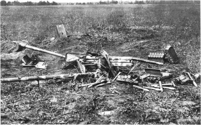 37-мм противотанковое орудие Pak 35/36, раздавленное советскими танками. Центральный фронт, июль 1943 года, юго-восточнее деревни Подсобурово. Хорошо видны металлические ящики на 12 37-мм выстрелов, на стволе и противооткатнике различимы остатки камуфляжа (АСКМ).