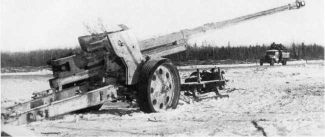 Брошенное немцами при отступлении 88-мм противотанковое орудие Pak 43/41. 2-й Прибалтийский фронт, зима 1944 года. Пушка имеет белую зимнюю маскировочную окраску (АСКМ).
