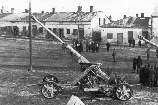 88-мм противотанковое орудие Pak 43 на колесных ходах, оставленное немцами. 1-й Белорусский фронт, весна 1944 года (АСКМ).