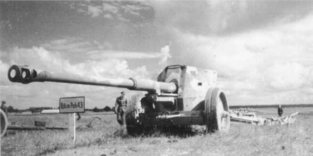 Демонстрация нового вооружения на фронте — 88-мм противотанковая пушка Pak 43. Лето 1943 года (БА).