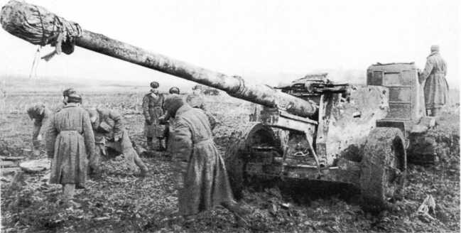 Трактор СТЗ буксирует трофейное 88-мм орудие Pak 43/41. 3-й Украинский фронт, март 1945 года (РГАКФД).
