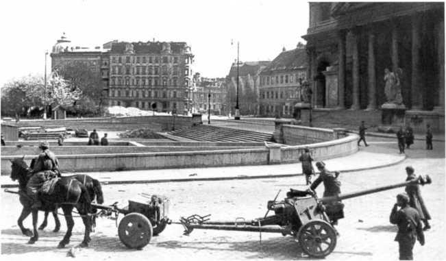 Советские артиллеристы в Вене — упряжка буксирует трофейное 75-мм орудие Pak 40. Весна 1945 года (РГАКФД).