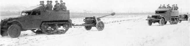 Некоторые части Красной Армии вооружались трофейными немецкими орудиями, например 1239-й истребительно-противотанковый полк. На фото: артиллеристы этой части на учебных стрельбах (вверху), полк следует с полигона после проведения учений (внизу). 75-мм пушки Pak 40 буксируют полугусеничные американские бронетранспортеры М2. Действующая армия, январь 1944 года (АСКМ).