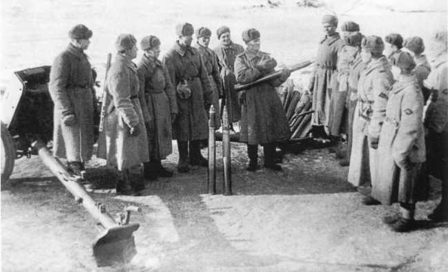 Артиллеристы 1239-го истребительно-противотанкового полка за изучением трофейной матчасти. Действующая армия, январь 1944 года (АСКМ).
