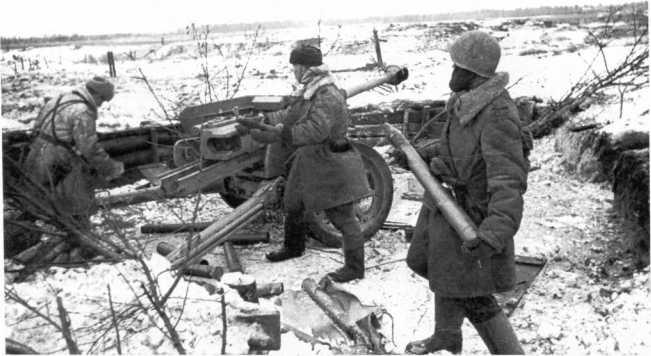 Советские артиллеристы ведут огонь из трофейного 75-мм орудия Pak 40. Ленинградский фронт, январь 1943 года (РГАКФД).