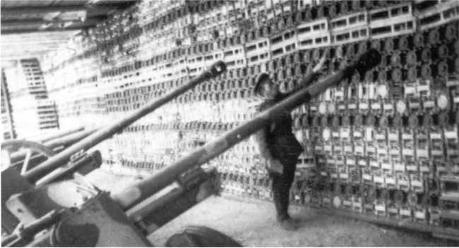 Советский офицер ведет учет трофейного вооружения и боеприпасов на захваченном артиллерийском складе. Севернее Полоцка, июль 1944 года. На переднем плане видны два 50-мм противотанковых орудия Pak 38 (АСКМ).