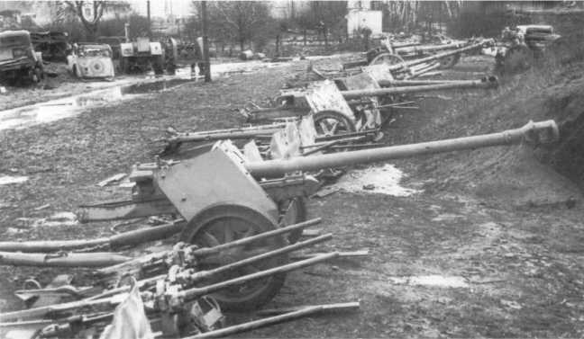 Трофеи советских войск в Восточной Пруссии: среди прочих видны 75-мм противотанковые пушки Pak 40. 3-й Белорусский фронт, 12 марта 1945 года (АСКМ).