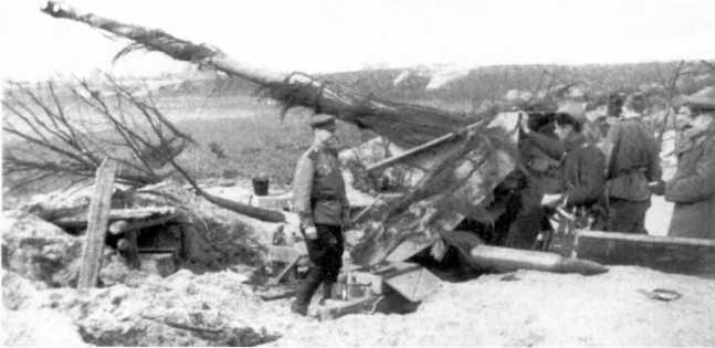 Офицеры Красной Армии осматривают брошенное на огневой позиции 88-мм противотанковое орудие Pak 43. 1-й Украинский фронт, район города Нейсе, 1945 год. Обратите внимание на камуфляж из веток, закрепленных на стволе пушки (АСКМ).