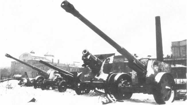 Трофейные орудия, захваченные в боях под Ленинградом: среди прочих стоят две 88-мм противотанковых пушки Pak 43/41. Зима 1944 года (АСКМ).