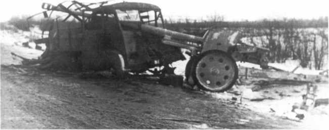 Брошенное в районе Ропши 88-мм противотанковое орудие Pak 43/41. Ленинградский фронт, 24 января 1944 года. Рядом с пушкой разбитый грузовик «Рено» (АСКМ).