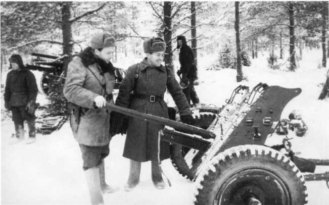 Командиры Красной Армии осматривают 37-мм противотанковую пушку Pak 35/36. Район Тихвина, декабрь 1941 года (АСКМ).