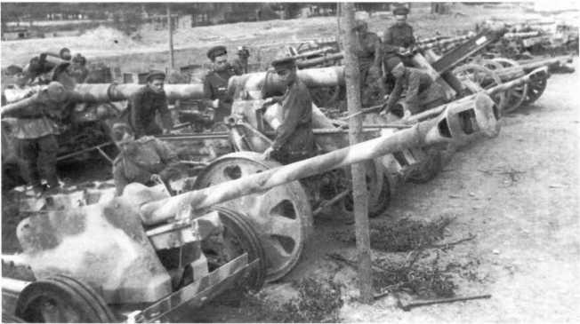 Немецкие орудия, захваченные в районе реки Прут. 2-й Украинский фронт, 1944 год. На переднем плане 75-мм противотанковая пушка Pak 40 (АСКМ).