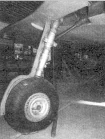 Основная опора шасси, обратите внимание на выступ на нижней поверхности плоскости крыла в месте установки бомбодержателя.