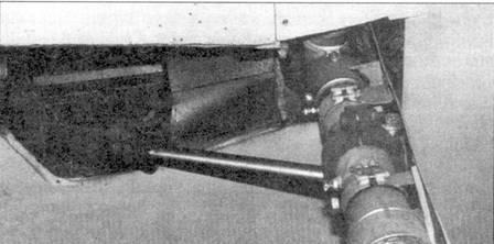 Гидроцлиндр уборки/выпуска левой основной опоры шасси.
