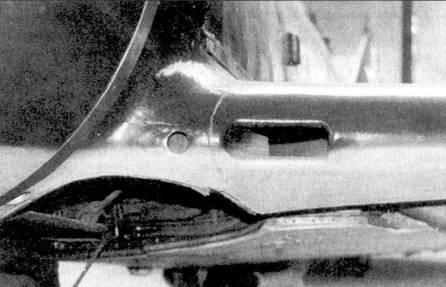 Воздухозаборник нагнетателя и носок левой плоскости крыла.