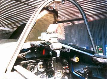 Кабина пилота истребителя Ла-7. Обратите внимание на укрепленное на внутренней части козырька фонаря кабины бронестекло и прицел ПБП1.