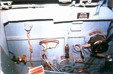 Левый борт кабины летчика. Оборудование крепится к деревянному борту фюзеляжа на болтах и кронштейнах.