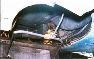 Колодцы колес шасси полностью закрываются, помимо колес в них находится арматура ряда систем самолета, в частности воздуховод от воздухозаборника к нагнетателю.