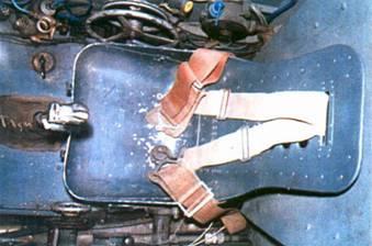 Сиденье летчика с бронеспинкой. На машинах поздних серий ставились сиденья с кожаной обивкой.