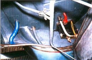 Механизм привода щитка колодца шасси.