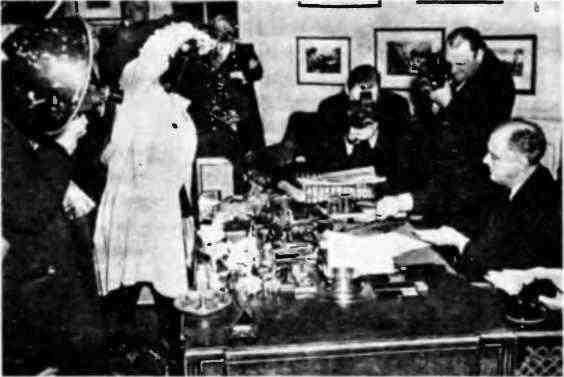Президент США Франклин Д.Рузвельт подписывает закон о ленд-лизе. Вашингтон, 11 марта 1941 года.