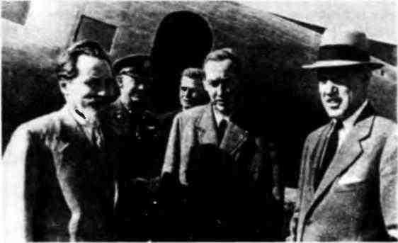 Личный посланник президента США Гарри Гопкинс (в центре) в московском аэропорту. 28 июля 1941 года