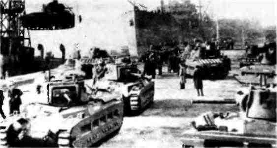 Погрузка британских танков «Матильда» и «Валентайн» на суда каравана PQ-2. 1941 год.