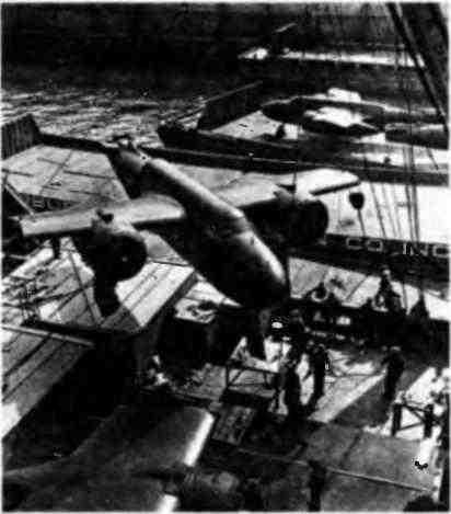Разгрузка бомбардировщиков «Бостон» в иранском порту. 1943 год.