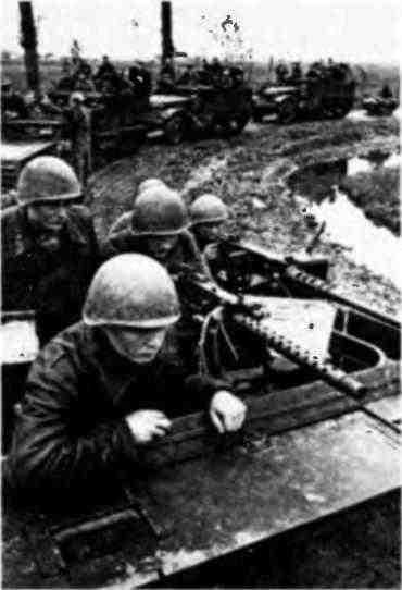 Зенитная рота одной из механизированных бригад на марше. На переднем плане— бронетранспортеры МЗА1, за ними— зенитные самоходные установки М17. 3-й Белорусский фронт, 1944 год.