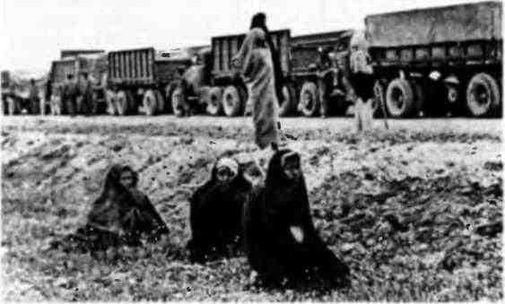 Колонна американских грузовиков с военными грузами для СССР в Иране.