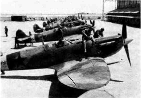 Подготовка истребителей «Спитфайр» к перелёту в СССР на одном из аэродромов в Иране.