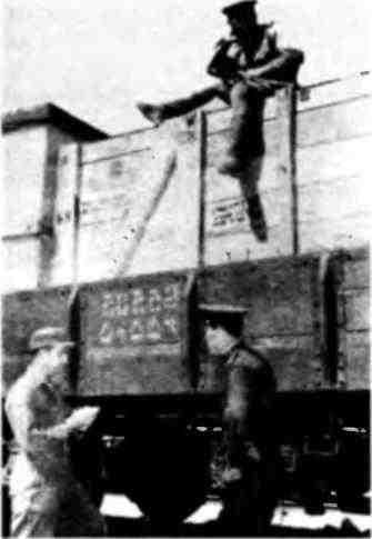 Проверка готовности железнодорожного состава с ленд-лизовскими грузами для СССР в Иране. 1944 год.