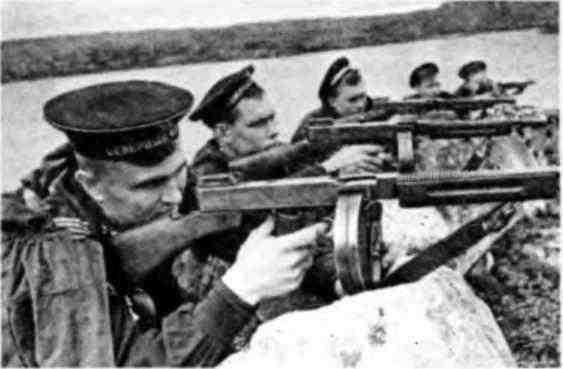 Моряки-североморцы, вооруженные пистолетами-пулеметами «Томпсон». 1943 год.