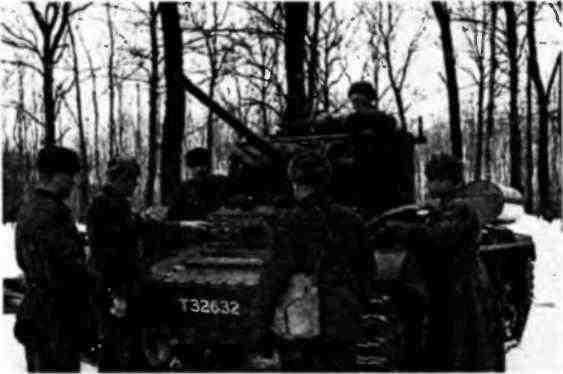 Капитан Ф.Т.Григоренко объясняет бойцам устройство английского танка MK-III «Валентайн». 1942 год.