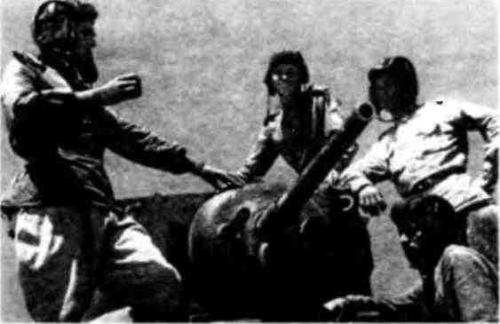 Группа курсантов под руководством младшего лейтенанта Панкевича за изучением американского танка МЗл. 1943 год.