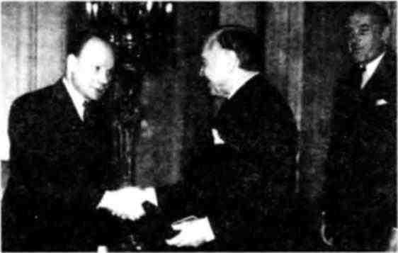 Посол СССР в Великобритании Ф.Т.Гусев вручает орден Суворова 1-й степени лорду У.Бивербруку за организацию поставок в Советский Союз.