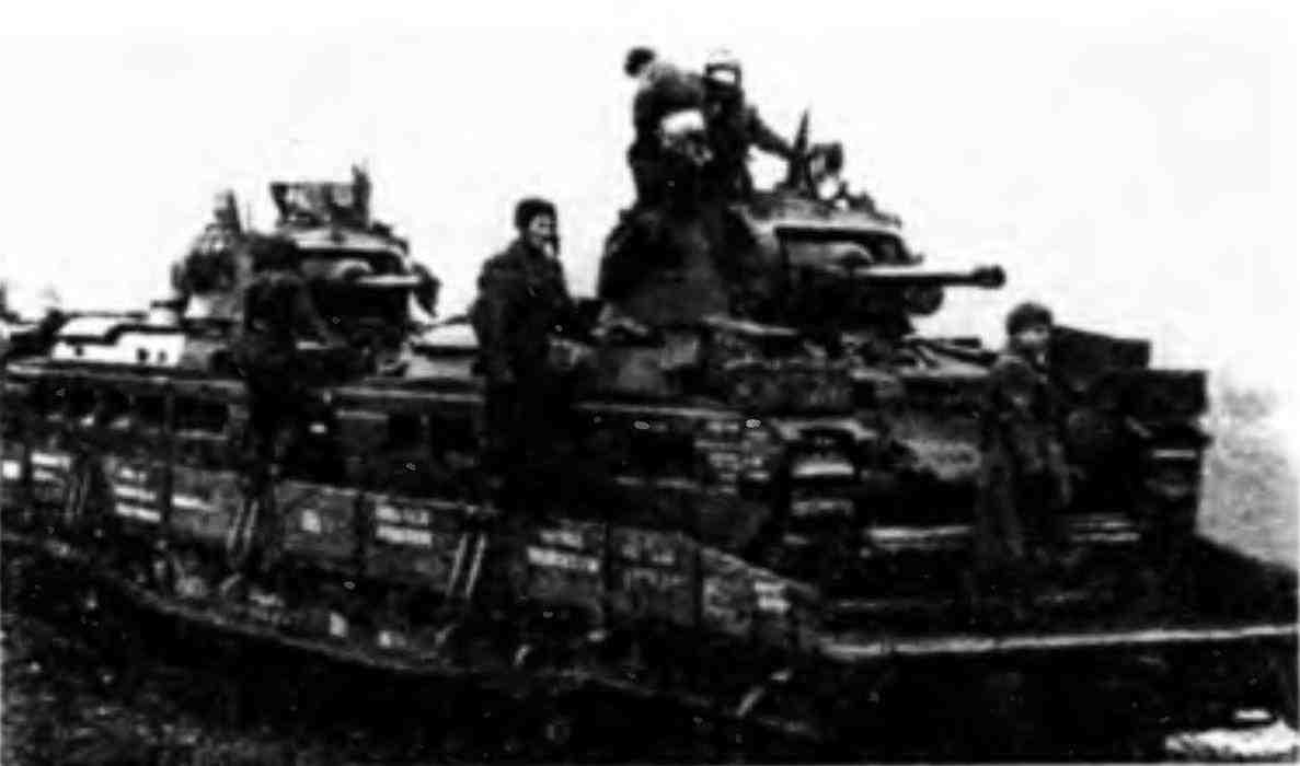 Эшелон с танками «Матильда» направляется на фронт. Весна 1942 года.