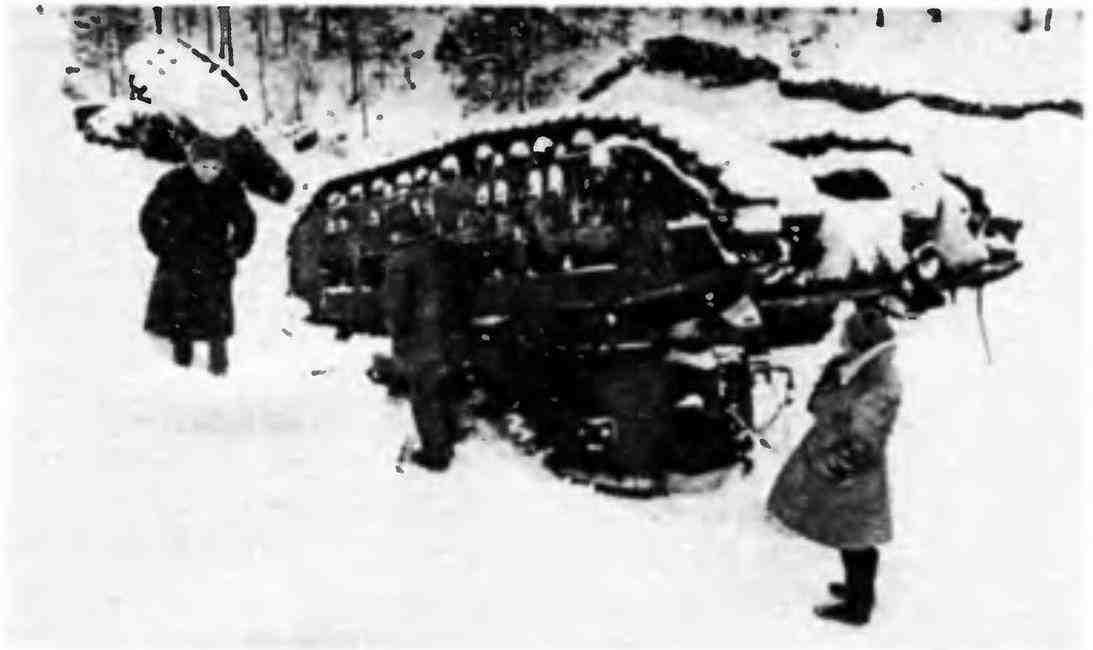 Командование 3-й ударной армии осматривает перевернувшиеся «Матильды» из состава 170-го отдельного танкового батальона. Февраль 1942 года.