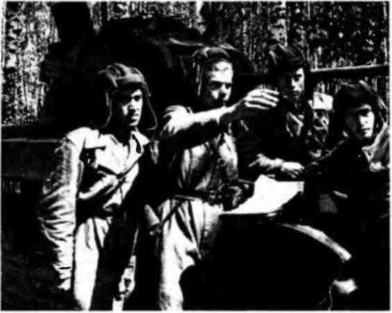 Постановка боевой задачи экипажу лейтенанта С.А.Северьянова. Западный фронт, 1942 год.