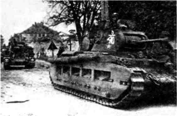 «Матильды» 5-го механизированного корпуса на марше. На переднем плане танк, вооружённый 76-мм гаубицей Юго-Западный фронт, октябрь 1943 года.