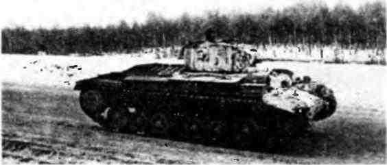 Танк MK-III «Валентайн» движется к линии фронта. Битва за Москву, январь 1942 года.